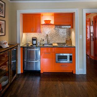 ニューヨークの小さいエクレクティックスタイルのおしゃれなキッチン (アンダーカウンターシンク、シェーカースタイル扉のキャビネット、オレンジのキャビネット、御影石カウンター、グレーのキッチンパネル、大理石の床、シルバーの調理設備の、濃色無垢フローリング、アイランドなし、茶色い床、グレーのキッチンカウンター) の写真