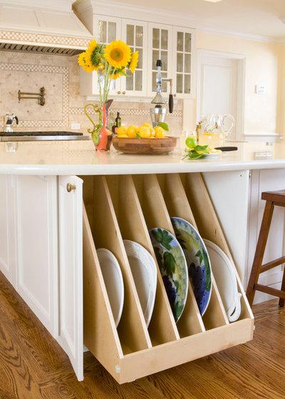 Классический Кухня by Kitchens by Meyer Inc.