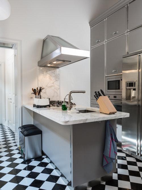 Cucina a corridoio con pavimento con piastrelle in for Piastrelle paraspruzzi per cucina