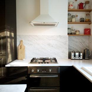 ロンドンの小さいヴィクトリアン調のおしゃれなキッチン (エプロンフロントシンク、フラットパネル扉のキャビネット、黒いキャビネット、大理石カウンター、白いキッチンパネル、大理石の床、シルバーの調理設備の、セラミックタイルの床、グレーの床、白いキッチンカウンター) の写真