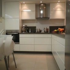 Modern Kitchen by Ruth Kedar architect