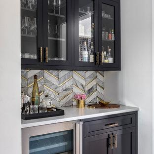 Modelo de cocina lineal, contemporánea, pequeña, con despensa, armarios estilo shaker, puertas de armario negras, encimera de cuarzo compacto, salpicadero con mosaicos de azulejos, electrodomésticos de acero inoxidable y suelo de madera clara