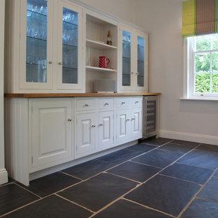 Ejemplo de cocina minimalista con suelo de pizarra