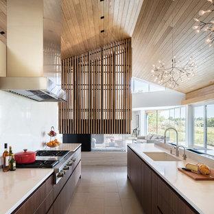 Idéer för att renovera ett stort funkis kök, med släta luckor, skåp i mörkt trä, marmorbänkskiva, vitt stänkskydd, stänkskydd i marmor, rostfria vitvaror, en köksö, en undermonterad diskho och beiget golv