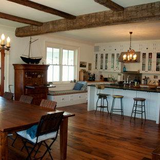 Foto på ett funkis kök, med luckor med lamellpanel, gula skåp och en köksö