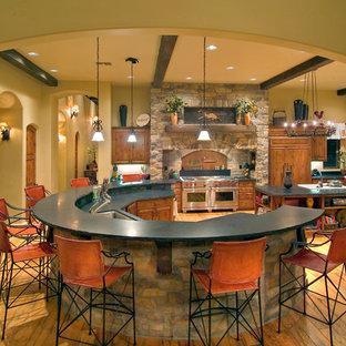 Mediterrane Küche mit Unterbauwaschbecken, profilierten Schrankfronten und hellbraunen Holzschränken in Sacramento