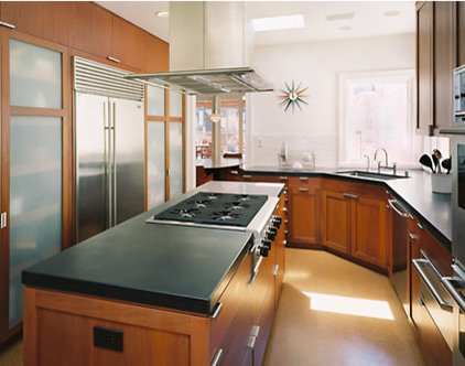 Modern Kitchen by RYAN ASSOCIATES GENERAL CONTRACTORS