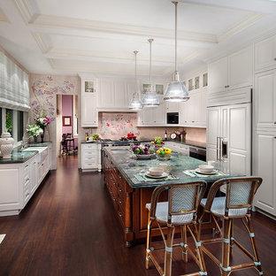 マイアミの大きいトラディショナルスタイルのおしゃれなキッチン (ダブルシンク、レイズドパネル扉のキャビネット、白いキャビネット、シルバーの調理設備の、濃色無垢フローリング、珪岩カウンター、ピンクのキッチンパネル、セメントタイルのキッチンパネル、茶色い床) の写真