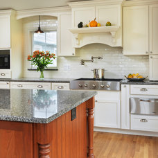 Traditional Kitchen by Kitchen Views at National
