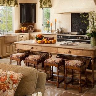 Foto på ett stort medelhavsstil kök, med en rustik diskho, luckor med upphöjd panel, skåp i ljust trä, träbänkskiva, vitt stänkskydd, stänkskydd i cementkakel, rostfria vitvaror, klinkergolv i keramik och en köksö