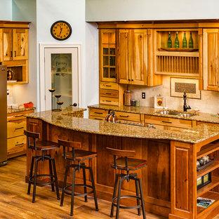 Idéer för avskilda, mellanstora vintage l-kök, med en dubbel diskho, luckor med upphöjd panel, skåp i mellenmörkt trä, granitbänkskiva, beige stänkskydd, rostfria vitvaror, mellanmörkt trägolv och en köksö
