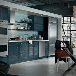 ナッシュビルのおしゃれなI型キッチン (フラットパネル扉のキャビネット、青いキャビネット、青いキッチンパネル、サブウェイタイルのキッチンパネル、シルバーの調理設備、リノリウムの床) の写真