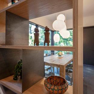 Foto di una cucina minimalista con ante bianche, top in cemento, paraspruzzi grigio, isola, pavimento nero, top giallo, nessun'anta, pavimento in ardesia, lavello stile country e elettrodomestici da incasso