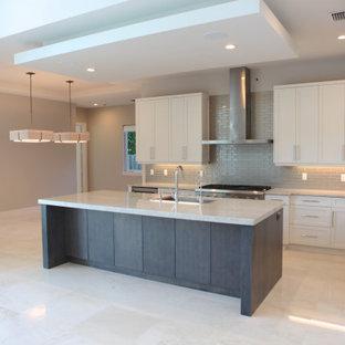 マイアミの広いコンテンポラリースタイルのおしゃれなキッチン (エプロンフロントシンク、フラットパネル扉のキャビネット、白いキャビネット、御影石カウンター、グレーのキッチンパネル、セラミックタイルのキッチンパネル、シルバーの調理設備、セラミックタイルの床、白い床、白いキッチンカウンター、格子天井) の写真