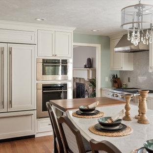 ボストンのトランジショナルスタイルのおしゃれなキッチン (アンダーカウンターシンク、インセット扉のキャビネット、白いキャビネット、クオーツストーンカウンター、白いキッチンパネル、クオーツストーンのキッチンパネル、シルバーの調理設備、無垢フローリング、茶色い床、白いキッチンカウンター) の写真
