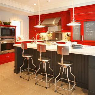 ニューヨークの中くらいのエクレクティックスタイルのおしゃれなキッチン (シルバーの調理設備、赤いキャビネット、アンダーカウンターシンク、シェーカースタイル扉のキャビネット、大理石カウンター、セラミックタイルの床、グレーのキッチンパネル、サブウェイタイルのキッチンパネル、茶色い床) の写真
