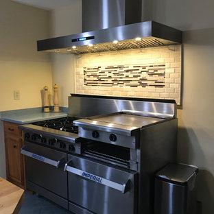 ソルトレイクシティの小さいおしゃれなキッチン (御影石カウンター、マルチカラーのキッチンパネル、セラミックタイルのキッチンパネル、シルバーの調理設備、緑のキッチンカウンター) の写真