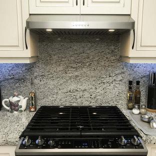 Idée de décoration pour une cuisine américaine minimaliste de taille moyenne avec un placard avec porte à panneau surélevé, des portes de placard blanches, un plan de travail en granite, une crédence multicolore, une crédence en granite, un électroménager en acier inoxydable, aucun îlot et un plan de travail gris.