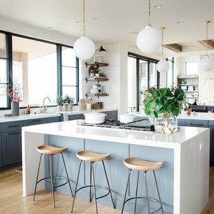 ソルトレイクシティの大きいエクレクティックスタイルのおしゃれなキッチン (青いキャビネット、無垢フローリング) の写真