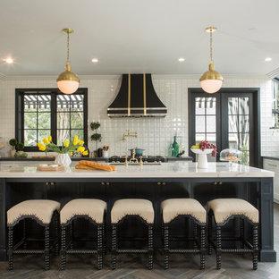 Eklektische Wohnküche in U-Form mit Unterbauwaschbecken, Schrankfronten im Shaker-Stil, weißen Schränken, Küchenrückwand in Weiß, Küchengeräten aus Edelstahl, dunklem Holzboden und Kücheninsel in Los Angeles