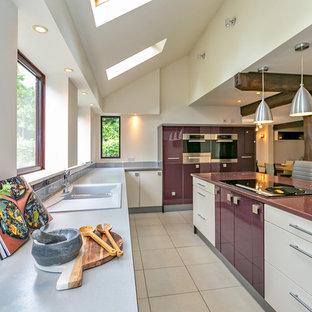 Inspiration för ett funkis lila lila u-kök, med en dubbel diskho, släta luckor, vita skåp, vitt stänkskydd, en köksö och vitt golv