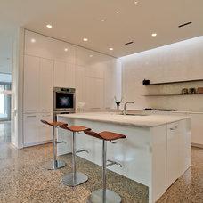 Modern Kitchen by Dwellings