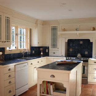 Inspiration för mellanstora klassiska kök, med en köksö, en nedsänkt diskho, skåp i shakerstil, beige skåp, kaklad bänkskiva, blått stänkskydd, stänkskydd i keramik, rostfria vitvaror och klinkergolv i terrakotta