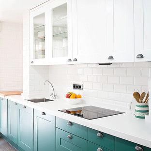 Idéer för att renovera ett mellanstort, avskilt industriellt linjärt kök, med träbänkskiva, vitt stänkskydd, plywoodgolv, en enkel diskho, luckor med infälld panel, gröna skåp och stänkskydd i tunnelbanekakel