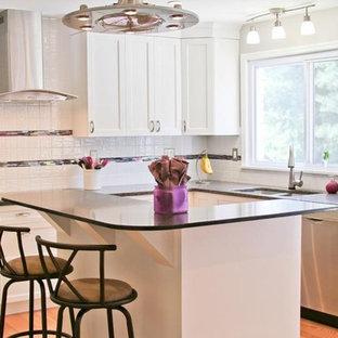 セントルイスの中サイズのエクレクティックスタイルのおしゃれなキッチン (シェーカースタイル扉のキャビネット、白いキャビネット、クオーツストーンカウンター、白いキッチンパネル、ボーダータイルのキッチンパネル、シルバーの調理設備の、無垢フローリング) の写真