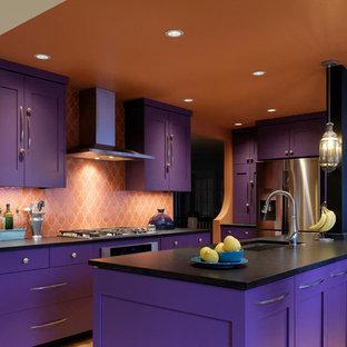 Idee per una grande cucina boho chic con lavello sottopiano, ante in stile shaker, ante viola, top in superficie solida, paraspruzzi arancione, paraspruzzi con piastrelle in ceramica, elettrodomestici in acciaio inossidabile, parquet chiaro e isola