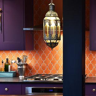 ポートランドの広いエクレクティックスタイルのおしゃれなキッチン (アンダーカウンターシンク、シェーカースタイル扉のキャビネット、紫のキャビネット、人工大理石カウンター、オレンジのキッチンパネル、セラミックタイルのキッチンパネル、シルバーの調理設備、淡色無垢フローリング) の写真