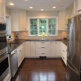 ニューヨークの中くらいのトラディショナルスタイルのおしゃれなキッチン (シングルシンク、レイズドパネル扉のキャビネット、白いキャビネット、クオーツストーンカウンター、ベージュキッチンパネル、シルバーの調理設備、濃色無垢フローリング、アイランドなし) の写真