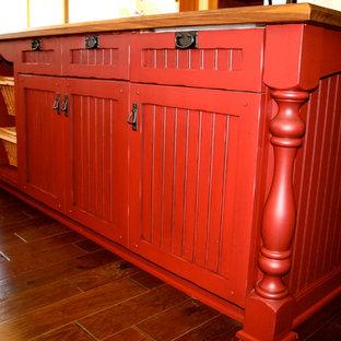 Große Landhaus Wohnküche in U-Form mit Unterbauwaschbecken, Kassettenfronten, roten Schränken, Arbeitsplatte aus Holz, Küchenrückwand in Beige, braunem Holzboden und Kücheninsel in San Francisco