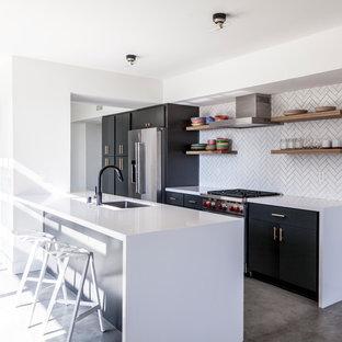 Idéer för mellanstora funkis parallellkök, med en undermonterad diskho, släta luckor, bänkskiva i kvarts, vitt stänkskydd, stänkskydd i keramik, rostfria vitvaror, betonggolv, en köksö, grått golv och svarta skåp