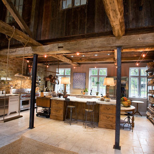 Exempel på ett mycket stort rustikt vit vitt kök, med rostfria vitvaror, marmorbänkskiva, en rustik diskho, skåp i shakerstil, vita skåp, en köksö, marmorgolv och grått golv