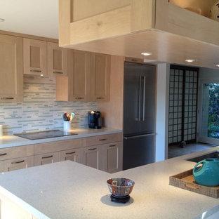 ロサンゼルスの中サイズのアジアンスタイルのおしゃれなキッチン (アンダーカウンターシンク、シェーカースタイル扉のキャビネット、淡色木目調キャビネット、クオーツストーンカウンター、グレーのキッチンパネル、ボーダータイルのキッチンパネル、シルバーの調理設備の、セラミックタイルの床、ベージュの床) の写真