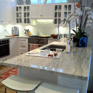 Mid-sized modern u-shaped eat-in kitchen in Vancouver with an undermount sink, louvered cabinets, white cabinets, granite benchtops, white splashback, subway tile splashback, stainless steel appliances, medium hardwood floors and a peninsula.