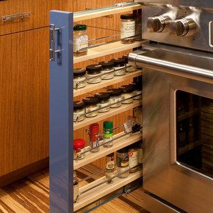 Immagine di una piccola cucina design con ante lisce, ante blu, top in quarzo composito, paraspruzzi a effetto metallico, paraspruzzi con piastrelle di metallo, penisola, elettrodomestici in acciaio inossidabile e pavimento in bambù