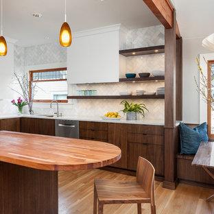 Idéer för att renovera ett mellanstort 50 tals kök, med bänkskiva i kvarts, vitt stänkskydd, stänkskydd i stenkakel, rostfria vitvaror, mellanmörkt trägolv, en dubbel diskho, öppna hyllor, skåp i mörkt trä och en köksö