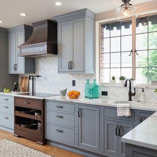 Exempel på ett stort klassiskt kök, med en undermonterad diskho, luckor med profilerade fronter, blå skåp, bänkskiva i kvarts, vitt stänkskydd, stänkskydd i mosaik, integrerade vitvaror, mellanmörkt trägolv och brunt golv