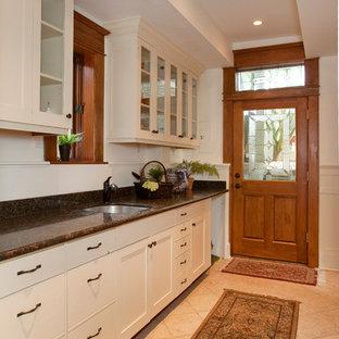 Идея дизайна: маленькая отдельная, прямая кухня в викторианском стиле с врезной раковиной, плоскими фасадами, белыми фасадами, гранитной столешницей, полом из керамической плитки и бежевым полом без острова