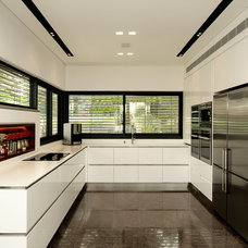 Modern Kitchen by Moshi Gitelis - Photographer