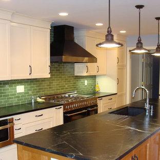 ルイビルのエクレクティックスタイルのおしゃれなキッチン (シングルシンク、ソープストーンカウンター、緑のキッチンパネル、サブウェイタイルのキッチンパネル、シェーカースタイル扉のキャビネット、白いキャビネット、シルバーの調理設備の) の写真