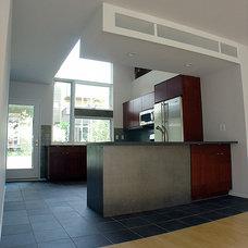 Modern Kitchen by Bright Common Architecture & Design