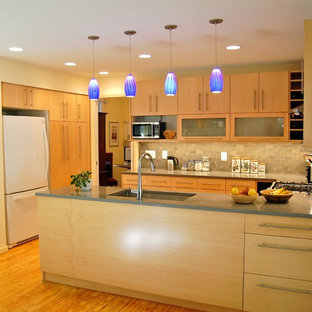 Ejemplo de cocina en U, moderna, de tamaño medio, con despensa, fregadero bajoencimera, armarios con paneles lisos, puertas de armario de madera clara, encimera de cuarzo compacto, salpicadero verde, salpicadero de azulejos de piedra, electrodomésticos blancos, suelo de madera clara y península