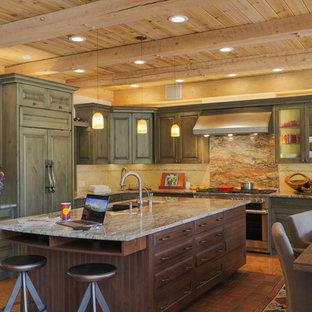 Inredning av ett rustikt stort flerfärgad flerfärgat kök, med en undermonterad diskho, gröna skåp, flerfärgad stänkskydd, tegelgolv, en köksö, integrerade vitvaror, luckor med upphöjd panel, granitbänkskiva, stänkskydd i sten och orange golv