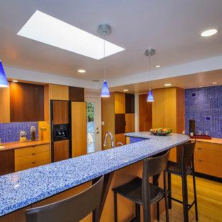 Inspiration för moderna blått kök, med släta luckor, blått stänkskydd och stänkskydd i mosaik