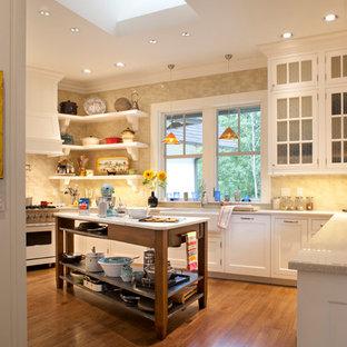 Mittelgroße Klassische Küche mit Glasfronten, Arbeitsplatte aus Terrazzo, Landhausspüle, Rückwand aus Keramikfliesen, braunem Holzboden und weißen Elektrogeräten in Sonstige