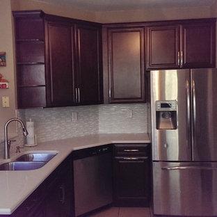 Offene, Mittelgroße Klassische Küche mit Unterbauwaschbecken, profilierten Schrankfronten, braunen Schränken, Quarzwerkstein-Arbeitsplatte, Küchenrückwand in Weiß, Rückwand aus Glasfliesen, Küchengeräten aus Edelstahl, Porzellan-Bodenfliesen und Kücheninsel in Miami