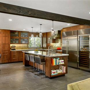 サンフランシスコのモダンスタイルのおしゃれなキッチン (フラットパネル扉のキャビネット、中間色木目調キャビネット、サブウェイタイルのキッチンパネル、シルバーの調理設備の、セラミックタイルの床、コンクリートカウンター、緑のキッチンパネル、アンダーカウンターシンク) の写真